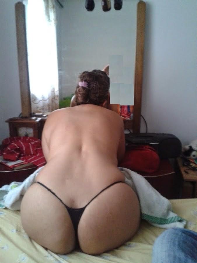 Лицо манекенщицы, которая фотографируется, разглядеть невозможно, зато видна ее крупная срака и дырень