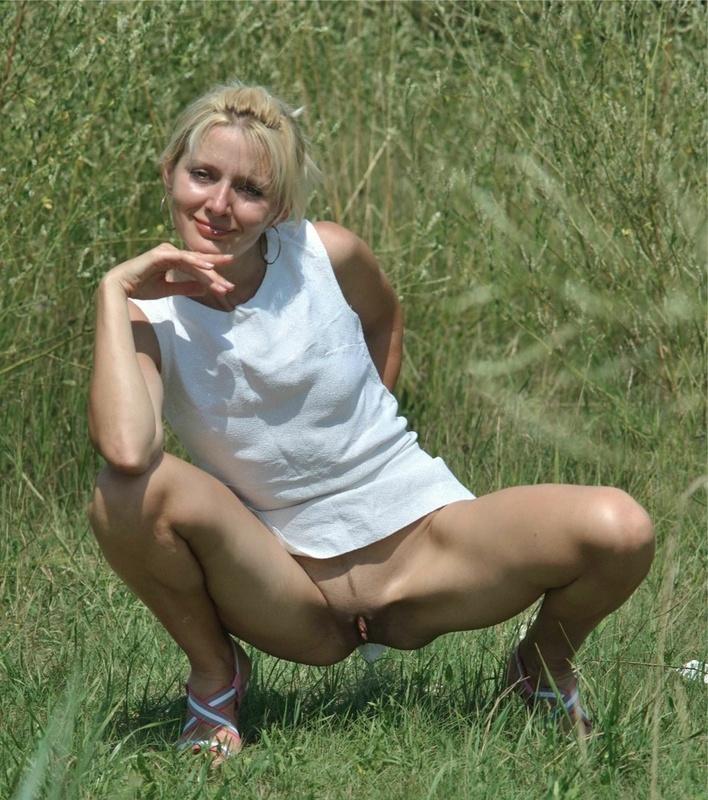 Частная интим сессия плоскогрудой блондиночки в естественной среде