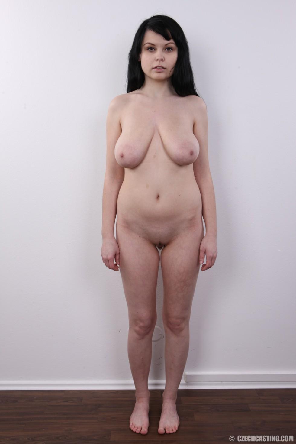 19-летняя темноволосая девка с широкой, висячей грудью фотографируется на кастинге