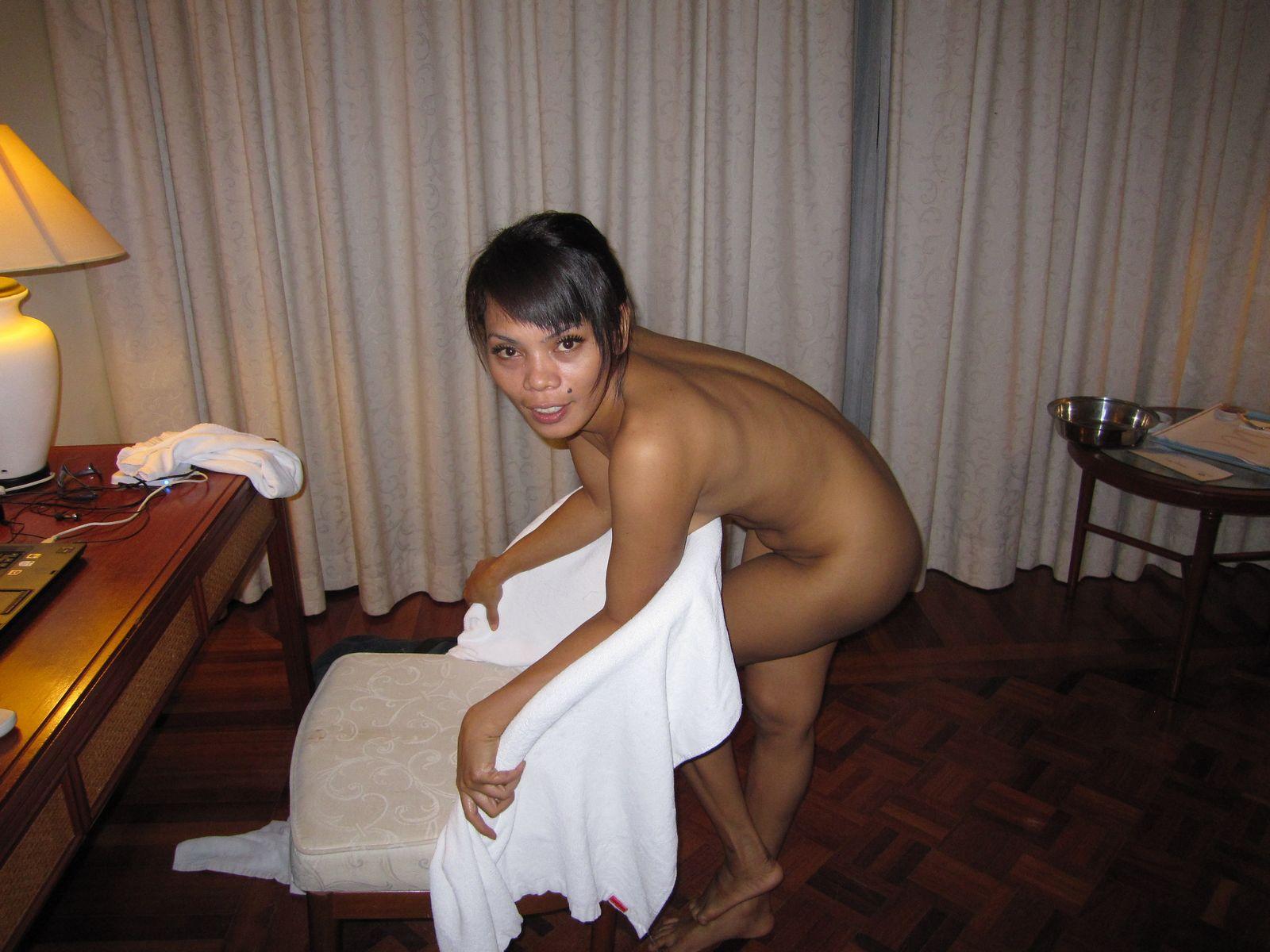 Малайзийка отсасыват у туриста в номере