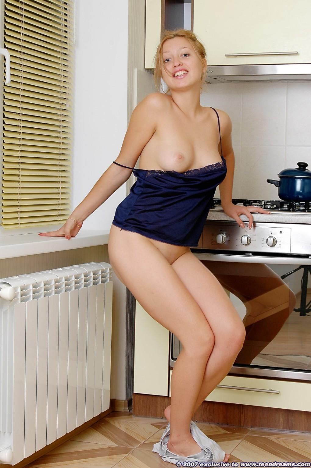 Деваха стягивает ночнушку на кухне