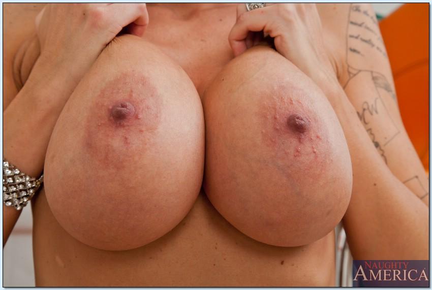Брюнеточка показала крупные сисяндры секс фото