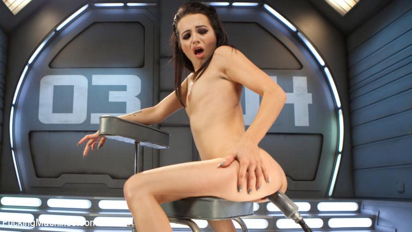 Dallas Black занимается сексом с напористой секс машиной