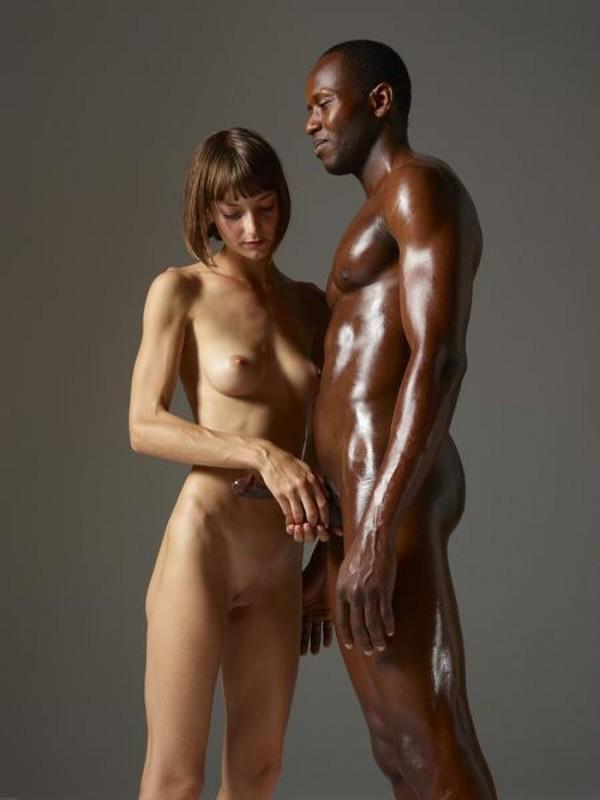 Влюбленная чика сделала своему темнокожему мужику массаж хуя