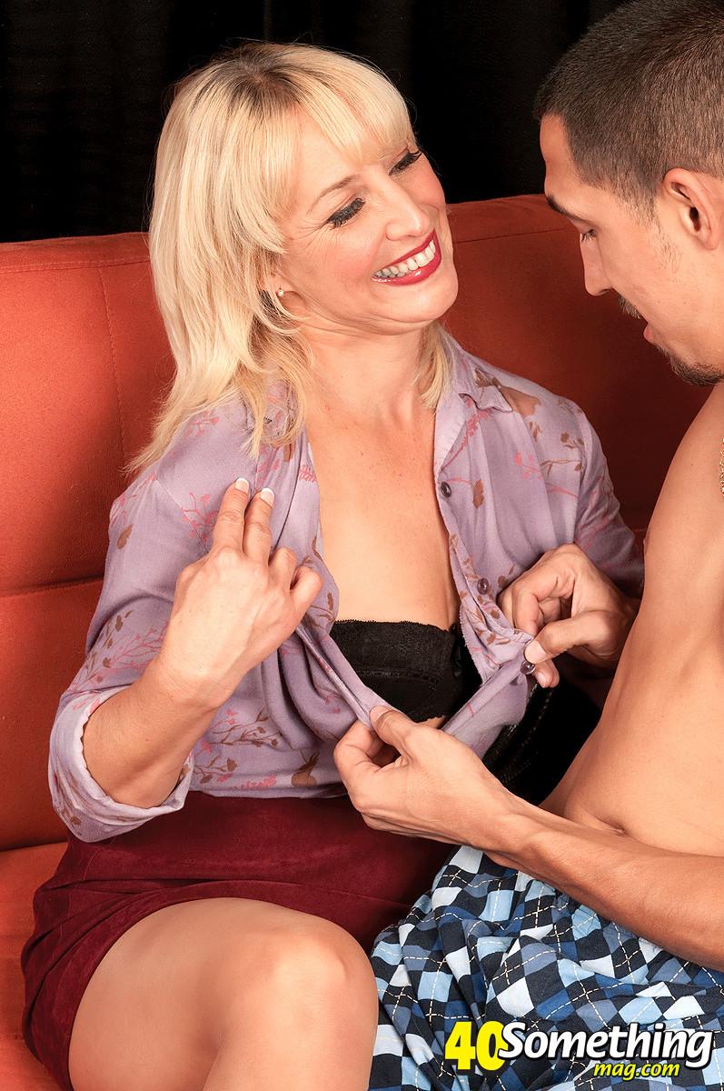 Возрастная блондиночка занимается сексом с неумелым мужем