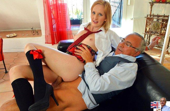 Зрелой отец выеб любовницу дочки на диване
