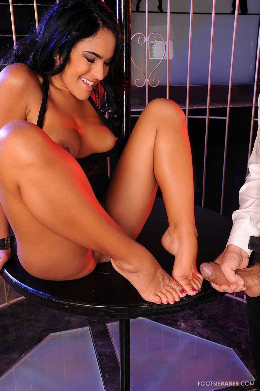 Приятная латина Валерия Саммер дрочит ногами и ебётся в клетке