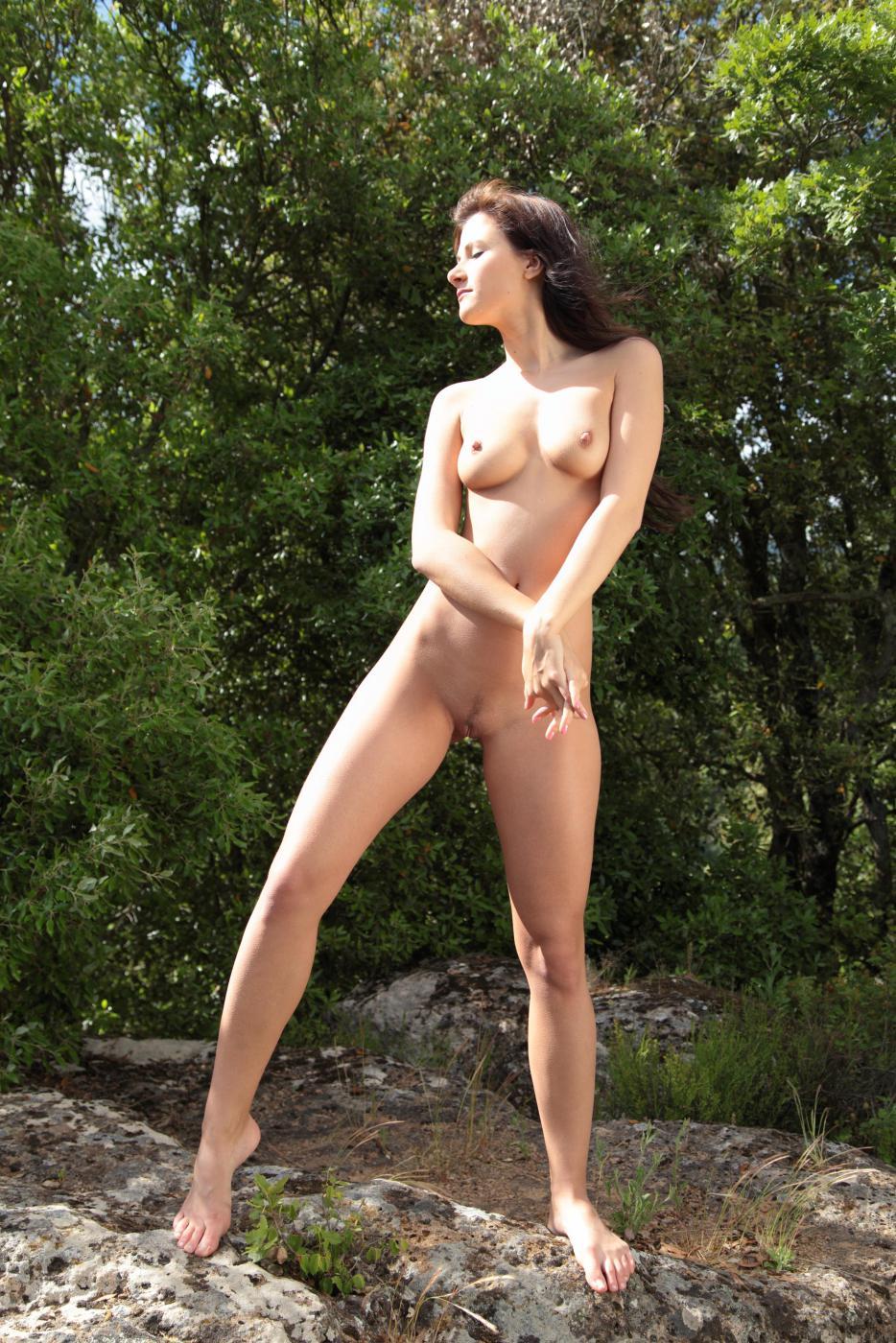 Горячая детка Lauren Lace соглашается изящно сниматься голой в укромном месте