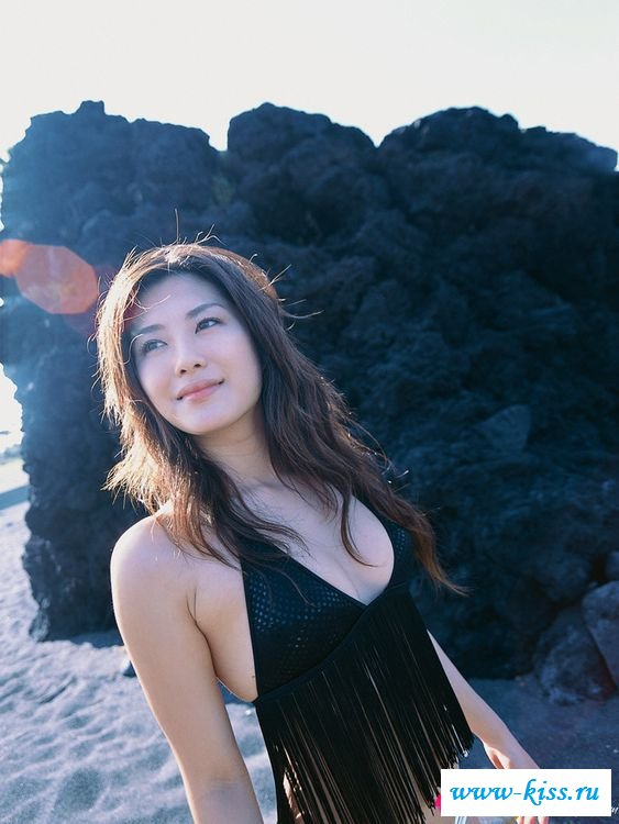 На пляже японочка гуляла в стрингах