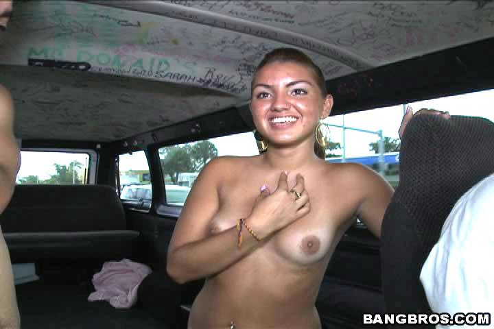 18-летняя давалка занялась сексом в микроавтобусе