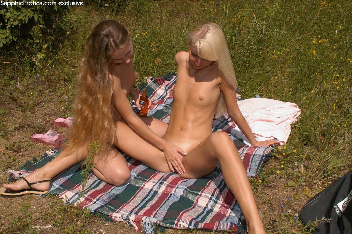 Чешские куколки Katerina Sapphic и Veronika Symon снимают трусы до гола и шалят с искуственным членом в естественной среде