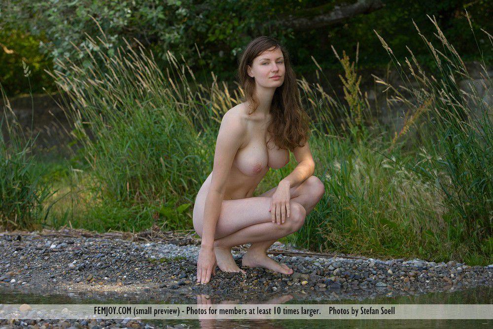 Эта большегрудая красоточка Susann Femjoy разделась до гола в естественной среде