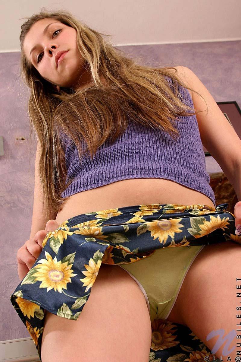 Девочка-подросток Olla Nubiles стаскивает свою юбочку и стринги