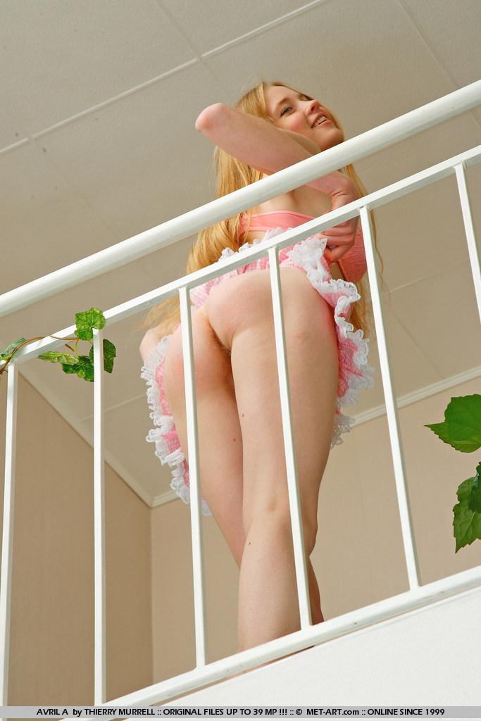 Длинная стройняшка Avril A совсем не прячет свое тело и безусловно розовую пизду