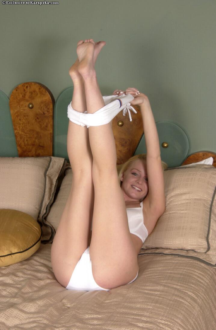 Блондинистая телочка Ashley Roberts в скромном белоснежном белье демонстрирует свою писю