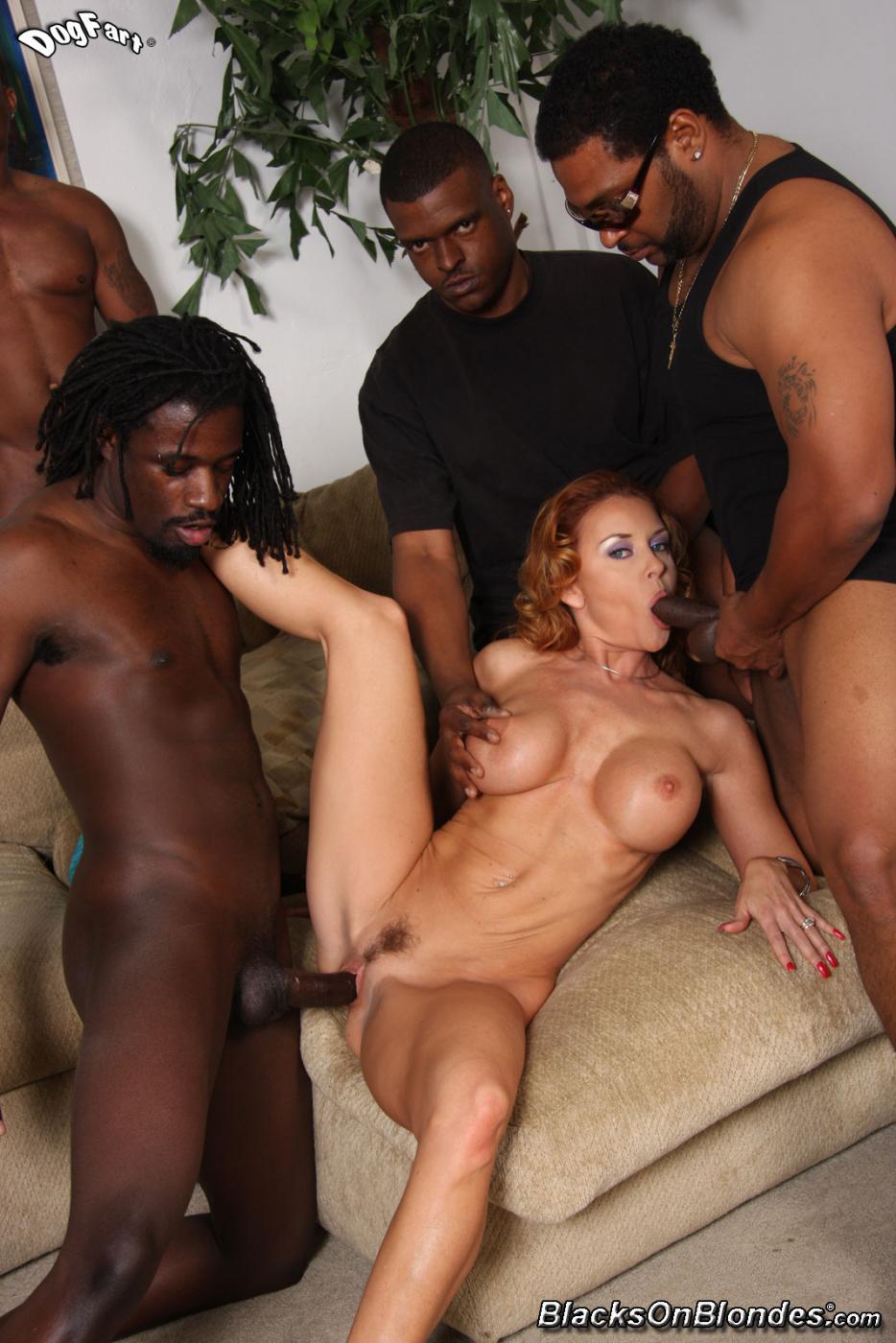 Janet Mason - соблазнительная тетка, забавляется с пареньками в межрассовой групповухи