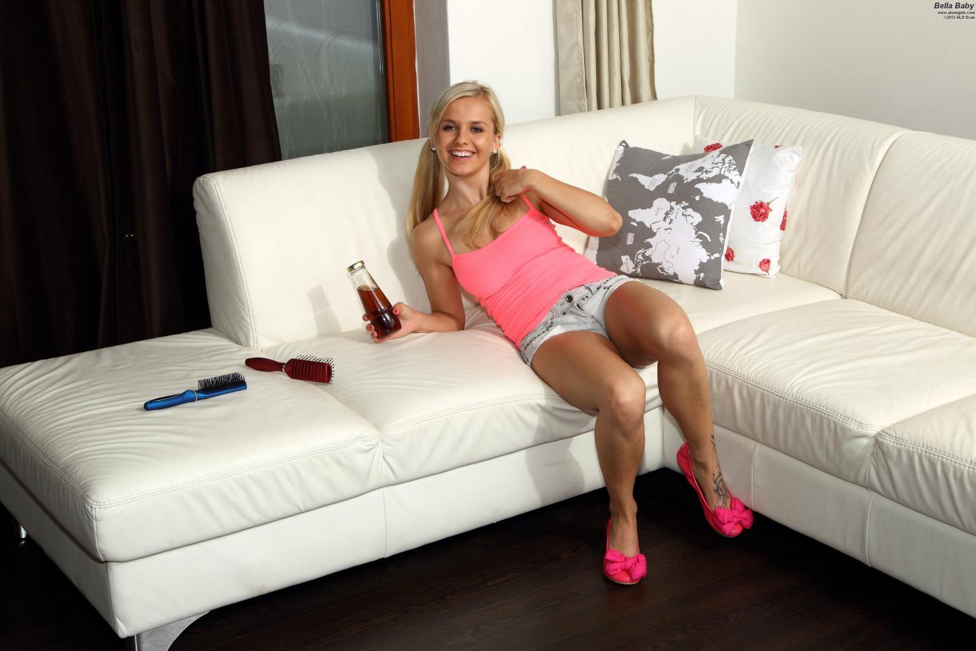 Блондинка Bella Anne балдеет дома и имеет свою пизду секс-игрушкой
