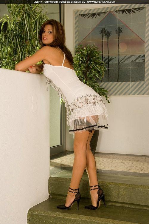 Нарядная крошка Lucie Theodorova красуется на ступенях в белоснежном белье