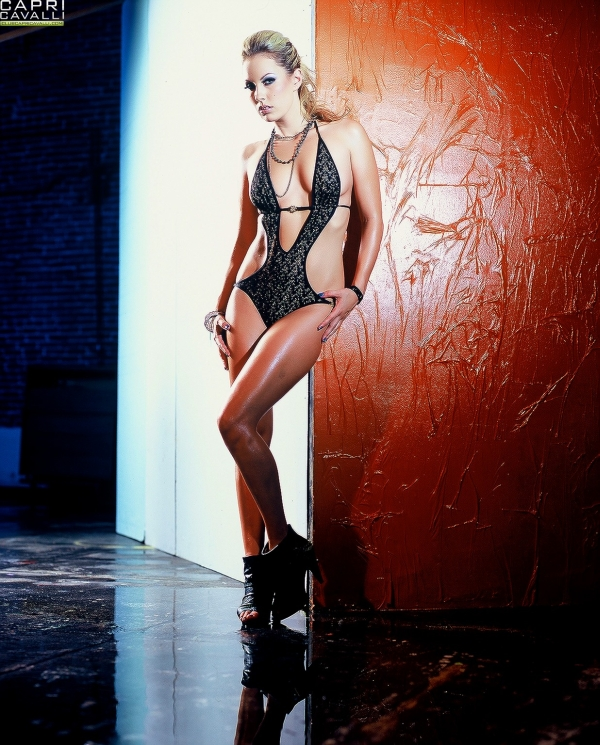 Похотливая куколка Kiara Diane и ее длинные ноги выглядят невероятно на профессиональных кадрах