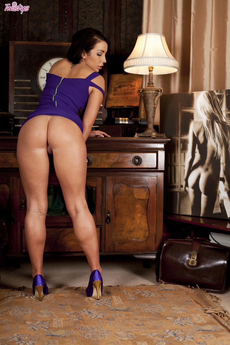 Пышногрудая Nina Leigh шалит с текущей щелкой под короткой юбочкой