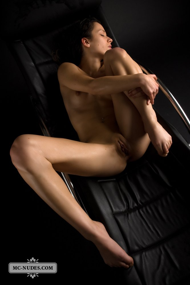 Брюнеточке Cassandra Mcnudes не придется обнажаться, она уже голая