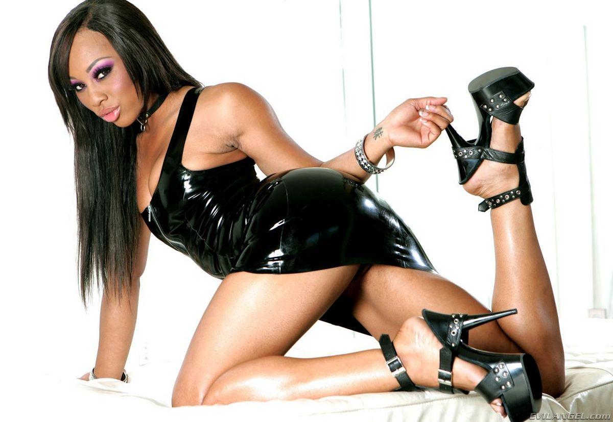 Грязная Leilani Leeane вылизывает сраку Аса Акира и засовывает черное дилдо глубоко внутрь