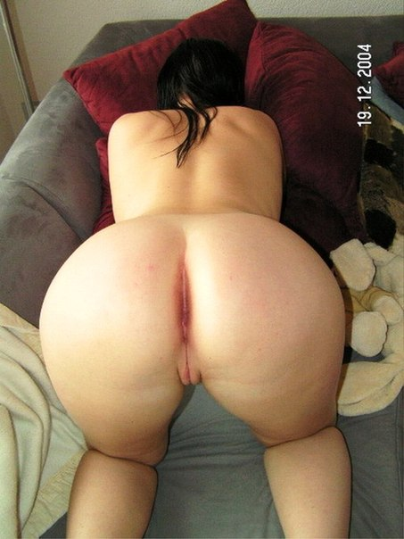 Взрослые дамочки бессовестно обнажают крупные жопы