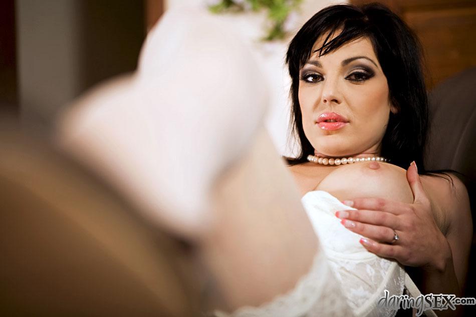 Чика в белоснежном нижнем белье Tina Gabriel радостно развела ноги в гольфах и приняла хер внутрь писи