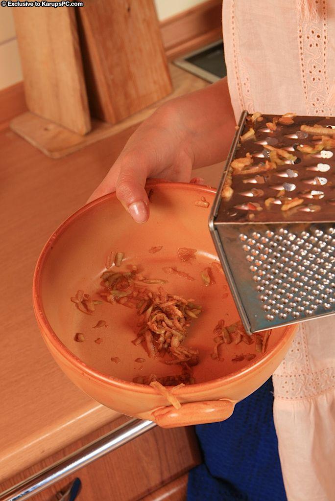 Темненькая девушка Gabriela Karupspc с ухоженной писей широко разводит ножки на кухне