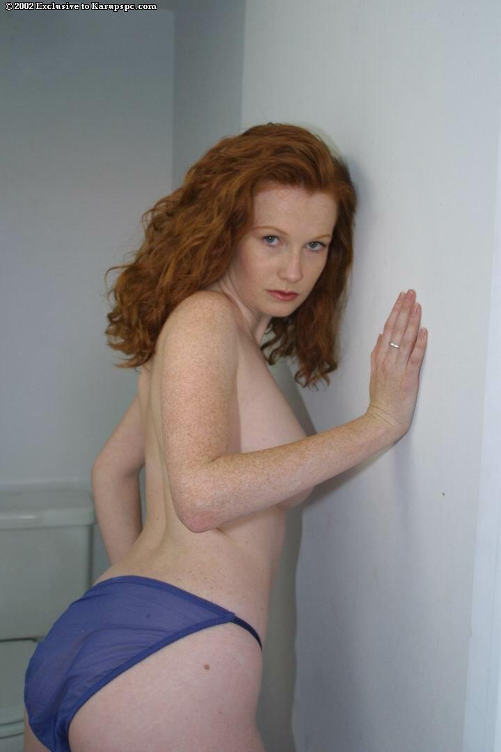 Рыжеволосая Ivy Manner стягивает свое голубое белье в ванной и демонстрирует свою розовую пилотку