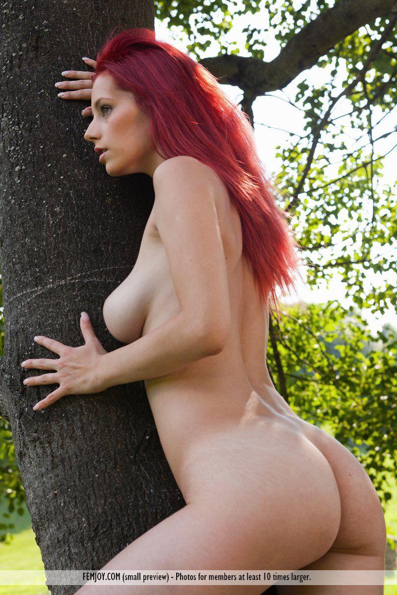 Сексапильная рыженькая лисичка Piper Fawn устраивает милую эротическую фотосессию в деревне