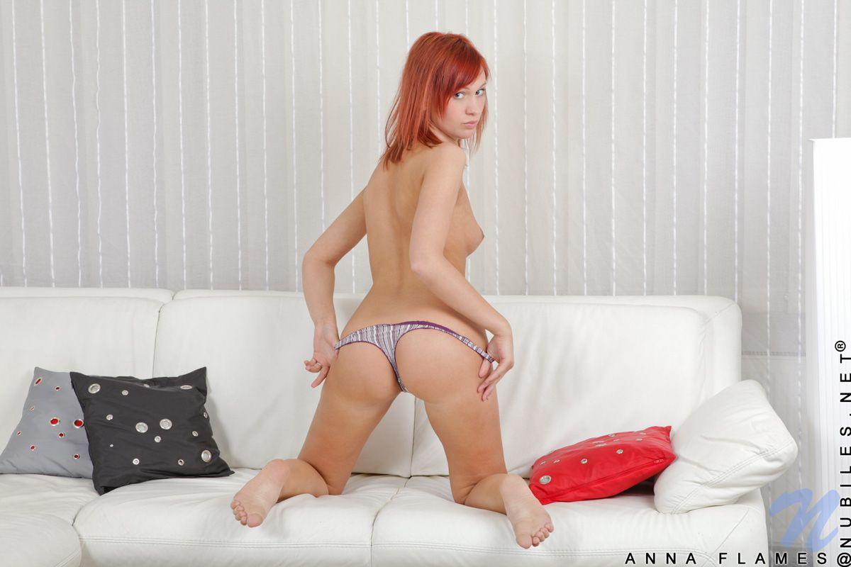 Грациозная рыженькая няшка Anna Flames снимает трусики и наслаждается стеклянным дилдо в своей вульве