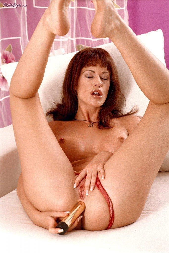 Рыженькая чика с выпирающей грудью Tessa Jonson вытрахивает свою выразительную вагину и попу золотистым дилдо