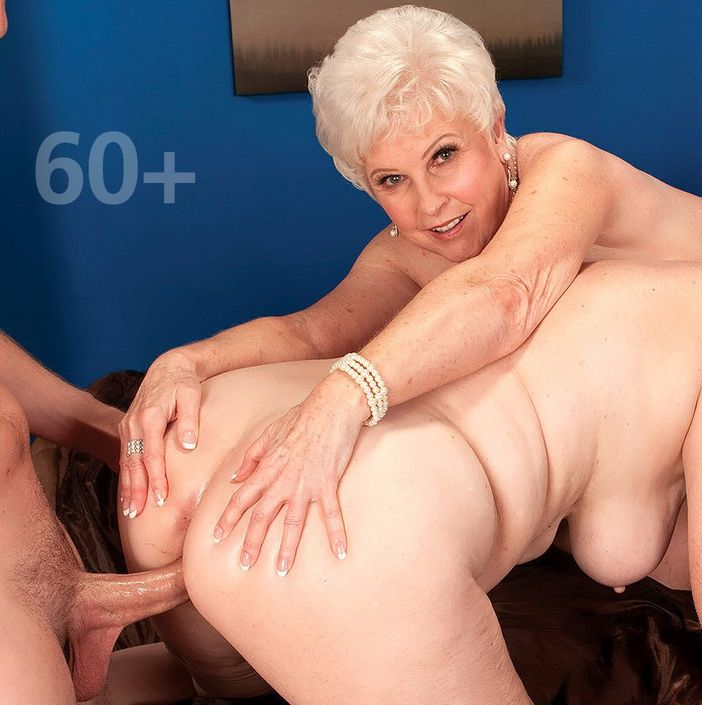 Бабулька за 50 лет чрезвычайно кокетливо ебётся и целует головку хрена