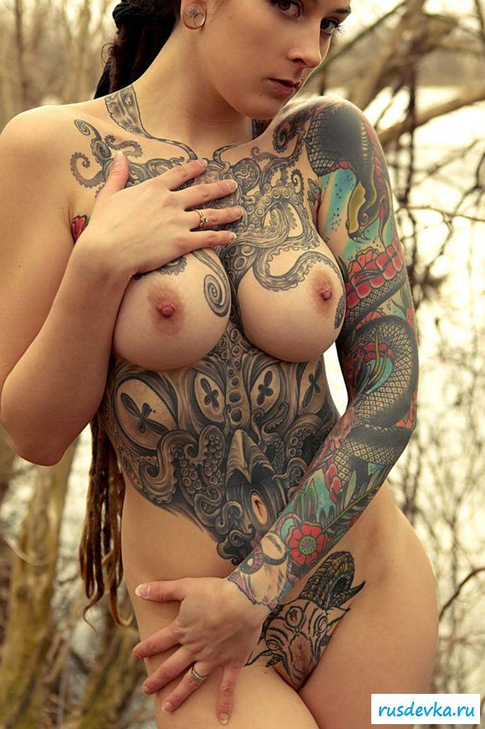 Нагие тела эротичных тёлок с необычными тату