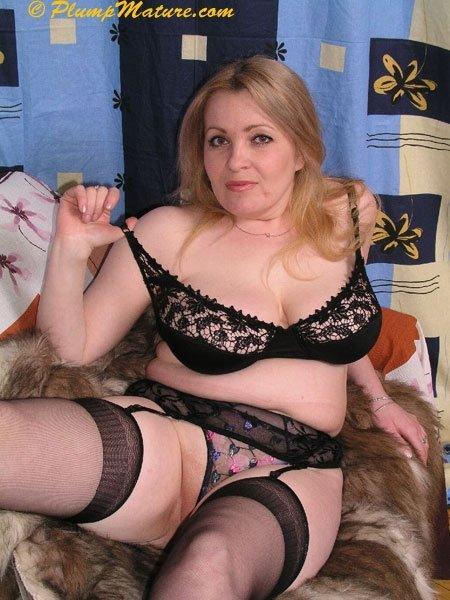 Жирная возрастная женщина скинула одежду