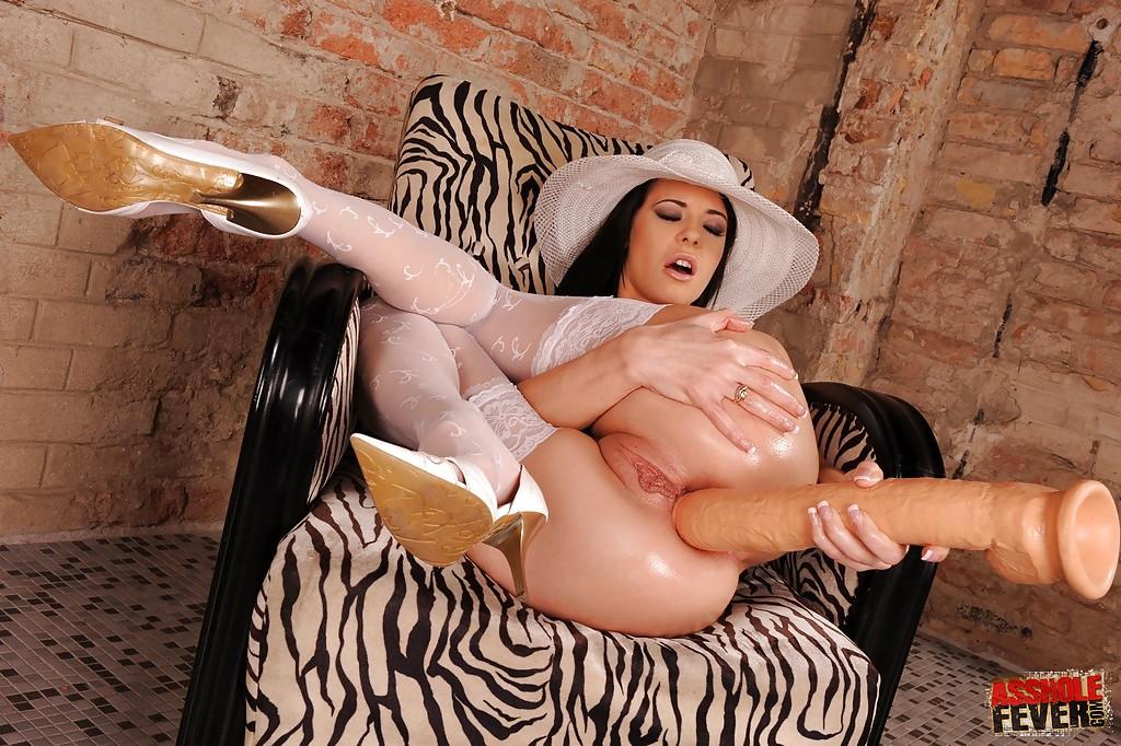 Шатенка обнажилась и вогнала в анальную дырочку большой дилдо секс фото