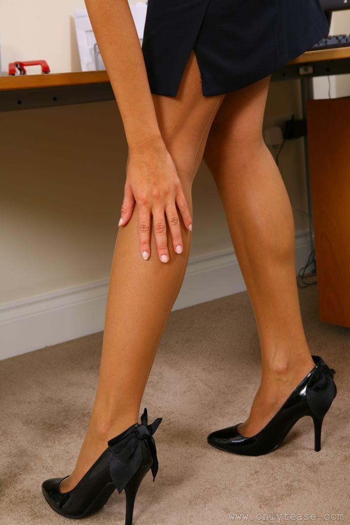 Лохматая брюнетка-секретарша в очках Zuzana P демонстрирует свои длинные ноги в нейлоновых носках