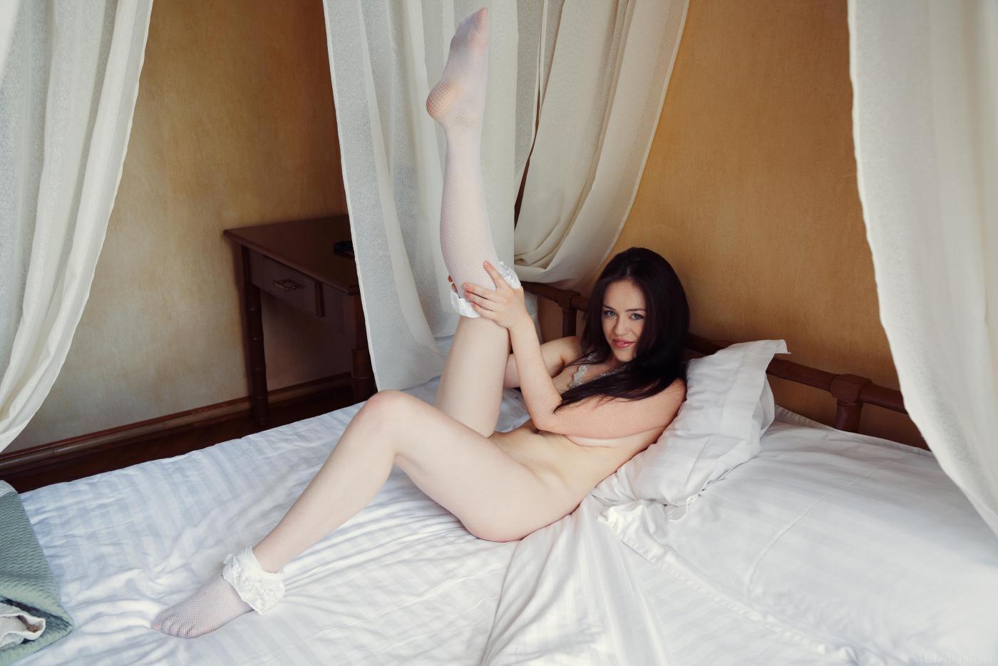 Огненная брюнеточка в белых носках Annis A снимается, демонстрируя свою толстую грудь и созревшую пизду