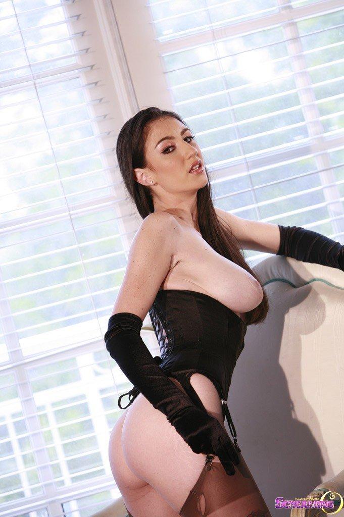 Элегантная темненькая девушка Natalie Minx в длинных