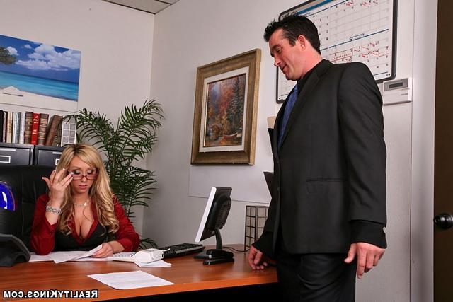 Офисная работница отдалась коллеге