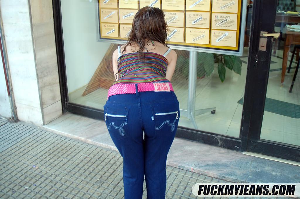 Присунул в анус девахи, сняв с нее джинсы