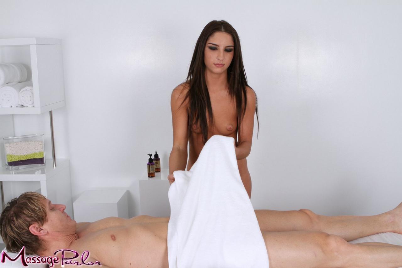 Сексуальная шатенка Жизель Леон теряет сексуальное белье и глубоко глотает фаллос