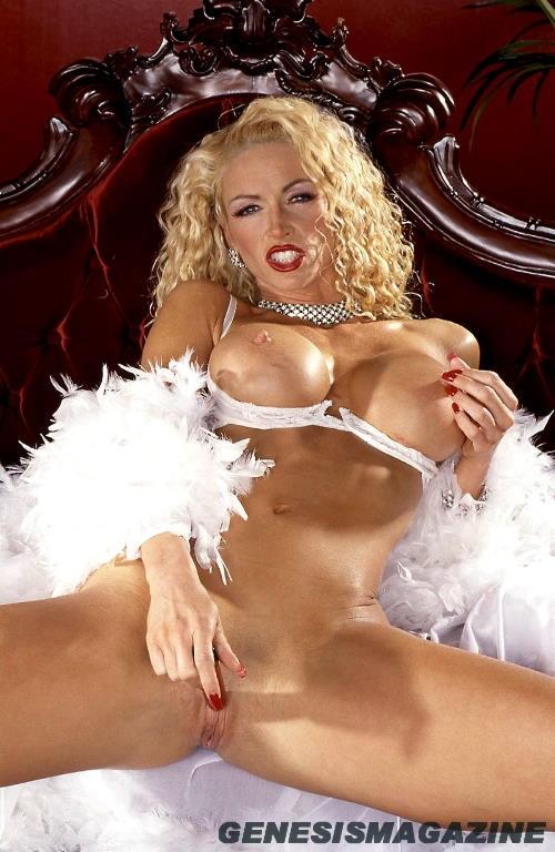 Грудастая кучерявая светлая порноактриса CJ West скинула белоснежное интимное белье и дрочит свое любовное гнездышко