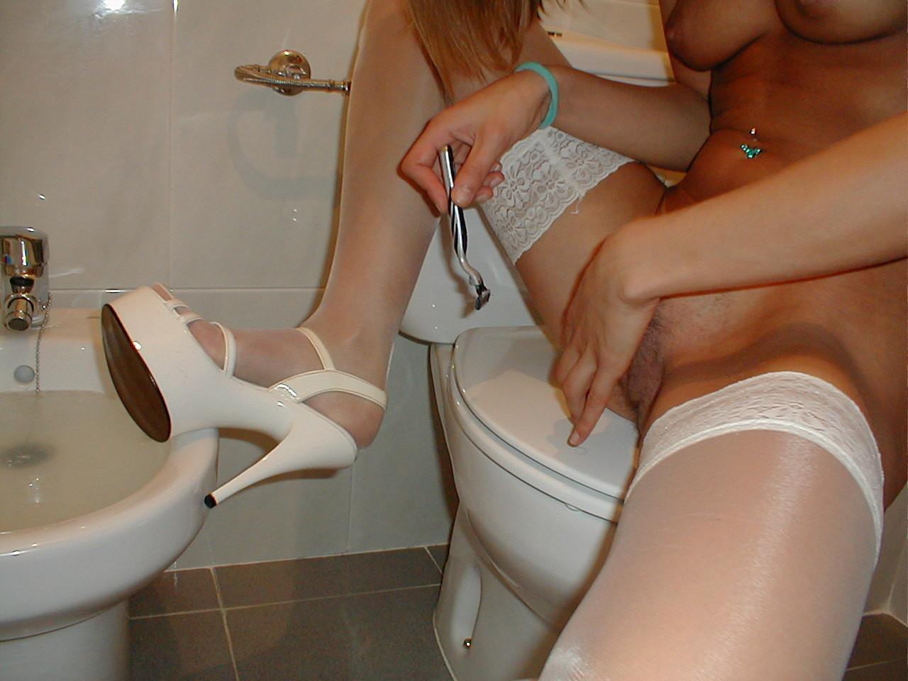 Сестра бреет вульву