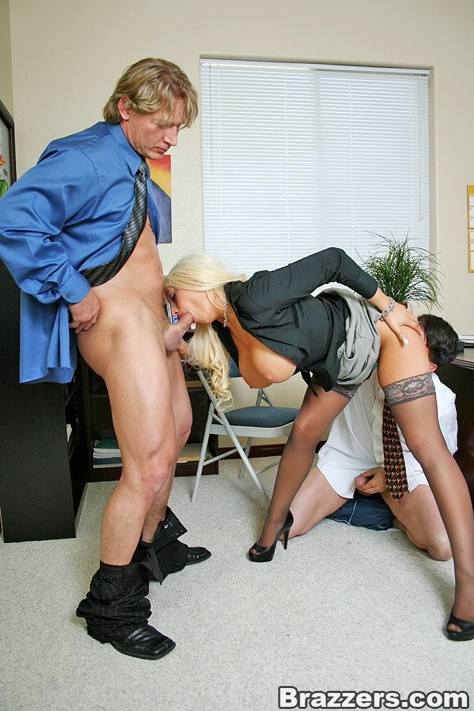 Блондинка пришла устраиваться на работу и была трахнута двумя
