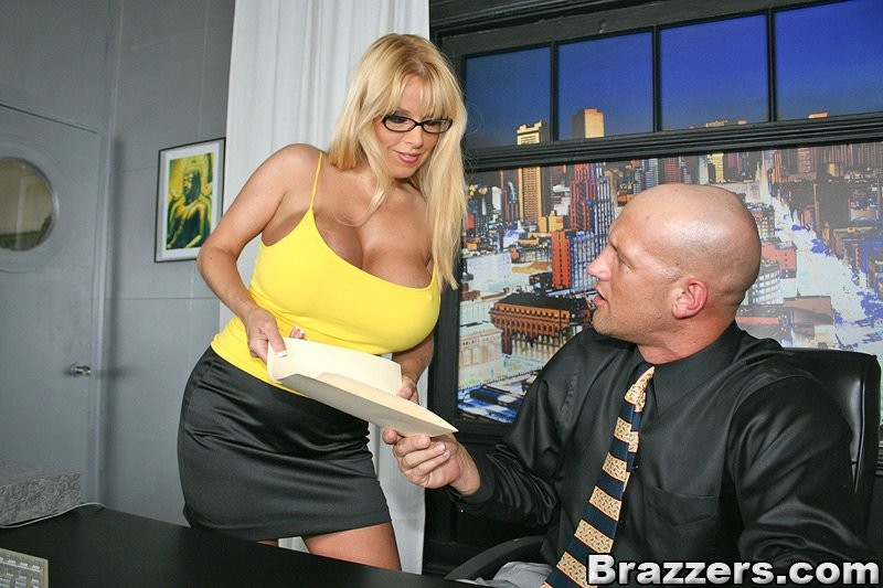 Босс трахнул в киску коллегу с искуственными грудями