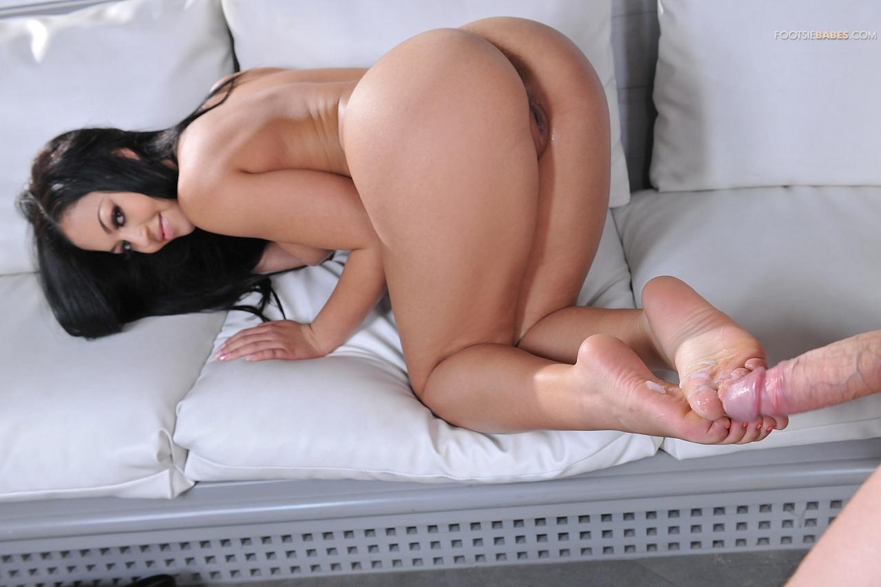 Karissa Kane мастурбирует фаллос ножками своему пацану