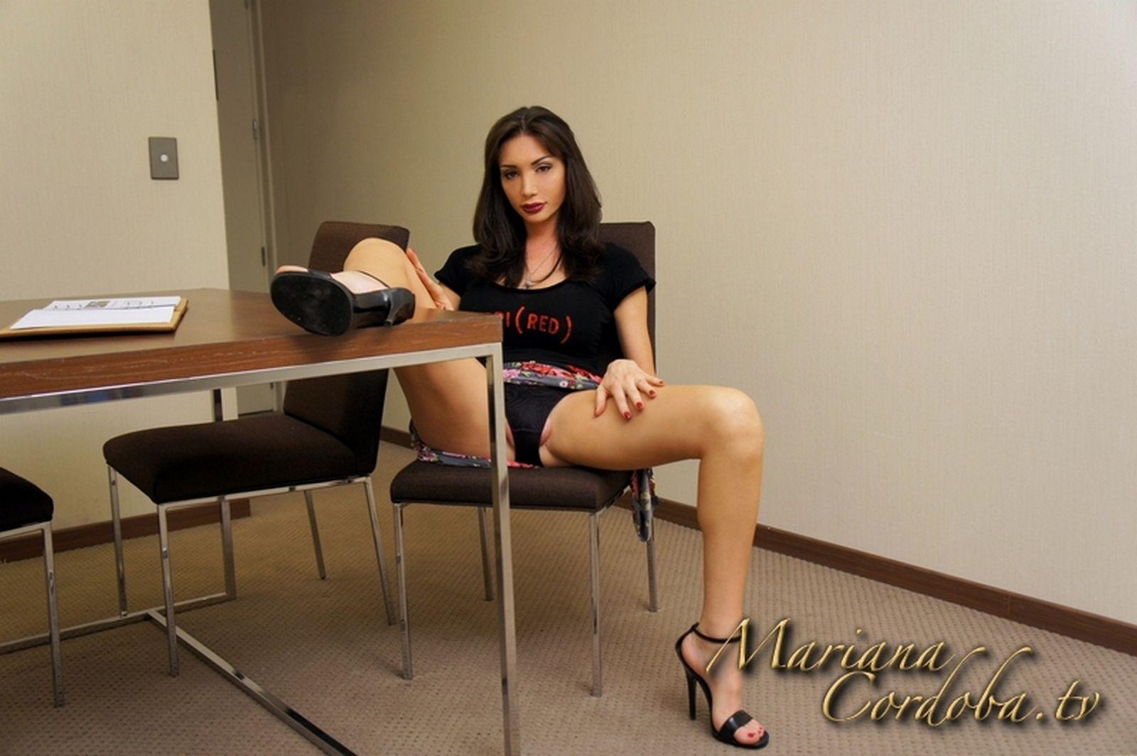 Похотливая Мариана Кордоба на работе