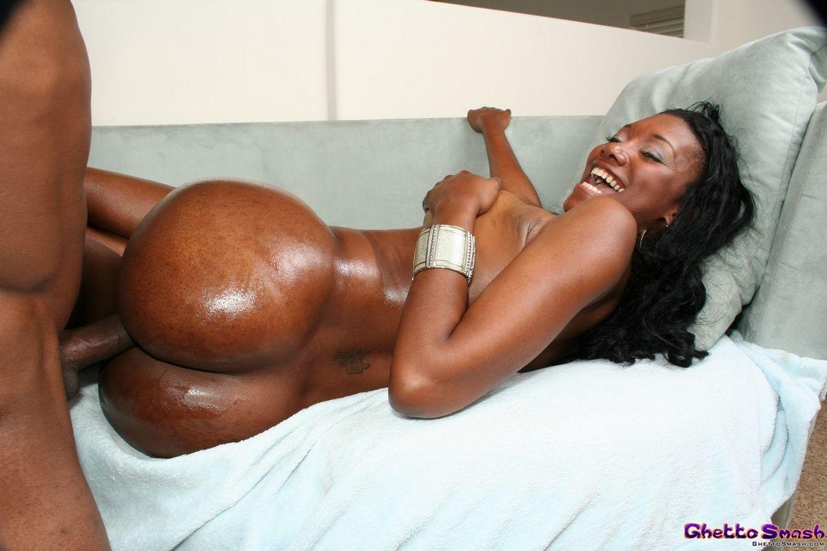 Черная потрахушка Naomi Banxxx хочет секс только лишь с неграми